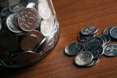 Conti con le monete e un mazzo di monete delle rubli russe Immagini Stock