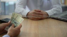Conti il cassiere che rifiuta di cambiare le rubli russe, limitazioni di cambio stock footage