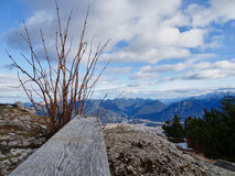 Conti in priorità alta e nel paesaggio scenico della montagna nel fondo Immagini Stock