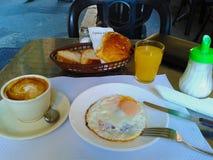 Continentaal die ontbijt in een Italiaanse koffie wordt gediend stock foto