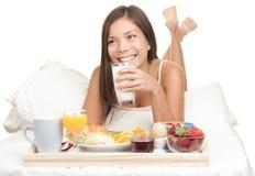 Continentaal Ontbijt in bed - geïsoleerdeh vrouw stock foto's