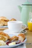 Continentaal Ontbijt die op Lichte Houten Lijst plaatsen royalty-vrije stock afbeelding