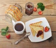 Continentaal Ontbijt - gebraden toost, jam, aardbei, thee royalty-vrije stock foto's