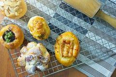 Continentaal ontbijt met assortiment van gebakjes, vers Gebakken Deens gebakje op houten achtergrond royalty-vrije stock foto's