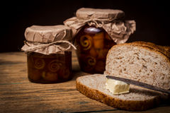 Continentaal ontbijt met brood, oranje jam en thee stock afbeeldingen