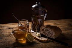 Continentaal ontbijt met brood, oranje jam en thee royalty-vrije stock foto's
