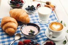 Continentaal ontbijt met croissants en bessen op geruit c royalty-vrije stock fotografie
