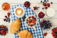 Continentaal ontbijt met croissants en bessen op geruit c stock foto