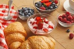 Continentaal ontbijt met croissants en bessen op natuurlijk hout royalty-vrije stock fotografie