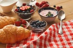 Continentaal ontbijt met croissants en bessen op natuurlijk hout royalty-vrije stock foto