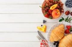 Continentaal ontbijt met croissants en bessen op wit hout royalty-vrije stock afbeelding