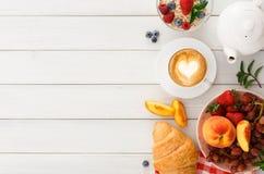 Continentaal ontbijt met croissants en bessen op wit hout stock fotografie