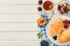 Continentaal ontbijt met croissants en bessen op wit hout stock foto's
