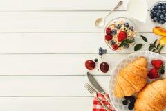 Continentaal ontbijt met croissants en bessen op wit hout stock afbeeldingen