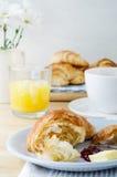 Continentaal Ontbijt met Croissants, Koffie en Jus d'orange stock foto