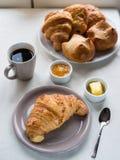 Continentaal ontbijt met Franse croissants, boter, zwarte jam, Stock Afbeeldingen