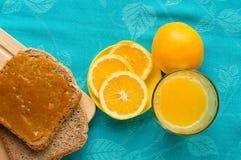 Continentaal ontbijt met jus d'orange, brood en jam stock foto's