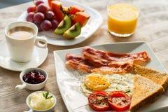 Continentaal ontbijt met vers fruit en koffie royalty-vrije stock afbeeldingen