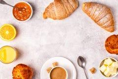 Continentaal ontbijt met verse croissants, jus d'orange en mede stock afbeelding