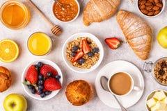 Continentaal ontbijt met verse croissants, jus d'orange en mede royalty-vrije stock foto