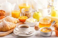 Continentaal ontbijt met verse croissants, jus d'orange en mede stock foto