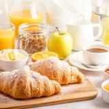 Continentaal ontbijt met verse croissants, jus d'orange en mede stock foto's