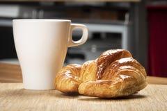 Continentaal ontbijt op de keuken royalty-vrije stock afbeeldingen