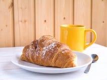 Continentaal ontbijt op de witte houten lijst stock afbeeldingen