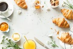 Continentaal ontbijt op steenlijst van bovengenoemd - vlak leg royalty-vrije stock afbeelding