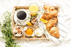 Continentaal ontbijt op witte vlakke bedbladen - leg royalty-vrije stock afbeeldingen