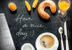 Continentaal ontbijt op zwart bord stock foto