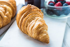 Continentaal ontbijt, vers croissant stock foto