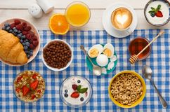 Continentaal ontbijtmenu op geruite doek royalty-vrije stock afbeelding