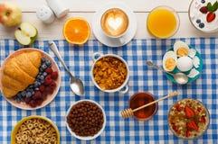 Continentaal ontbijtmenu op geruite doek stock foto