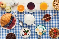 Continentaal ontbijtmenu op geruite doek stock foto's