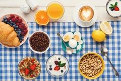 Continentaal ontbijtmenu op geruite doek stock afbeeldingen