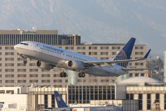 Continental Airlines Boeing 737 aerei che decollano dall'aeroporto internazionale di Los Angeles immagine stock
