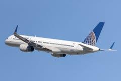 Continental Airlines Boeing 757 flygplan som tar av från Los Angeles den internationella flygplatsen Fotografering för Bildbyråer