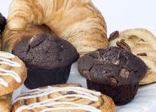 Continentale ontbijtlijst die met gebakjes en cakes plaatsen royalty-vrije stock afbeeldingen
