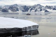 Continente antárctico e embarcação de pesquisa Fotos de Stock