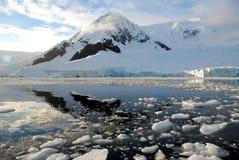 Continente antárctico sobre a água Fotografia de Stock Royalty Free