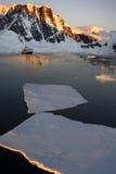 Continente antárctico - Sun da meia-noite na canaleta de Lamaire Fotos de Stock