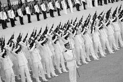 contingentes del Guardia-de-honor que ejecutan a feu de joie durante el ensayo 2013 del desfile del día nacional (NDP) Fotos de archivo libres de regalías