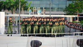 Contingenti che marciano alla terra di parata durante la ripetizione 2013 di parata di festa nazionale (NDP) Fotografia Stock