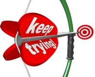 Continui provare la freccia dell'arco di parole che tende l'obiettivo dell'Toro-occhio Immagini Stock