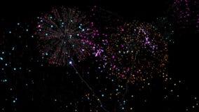 Conto alla rovescia alla mezzanotte con i fuochi d'artificio d'esplosione stock footage