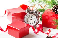 Conto alla rovescia di Natale al nuovo anno Orologio e palle e spr dell'abete Fotografie Stock Libere da Diritti