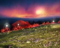Conto de fadas da bicicleta da noite nas montanhas Foto de Stock