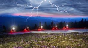Conto de fadas da bicicleta da noite nas montanhas Imagem de Stock Royalty Free