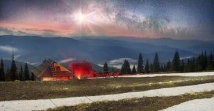 Conto de fadas da bicicleta da noite nas montanhas Imagem de Stock